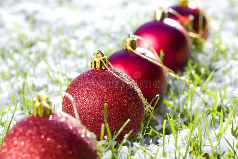 Weihnachtskugeln mit Schnee lizenzfreie stockfotografie
