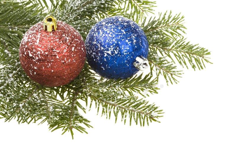 Weihnachtskugeln u. -schnee stockbilder
