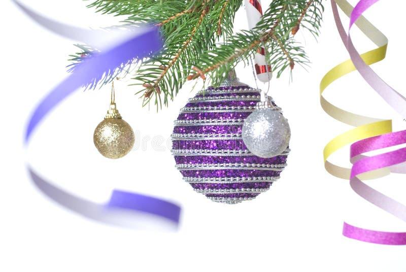 Weihnachtskugeln und -dekoration auf Tannenbaumzweig lizenzfreies stockbild