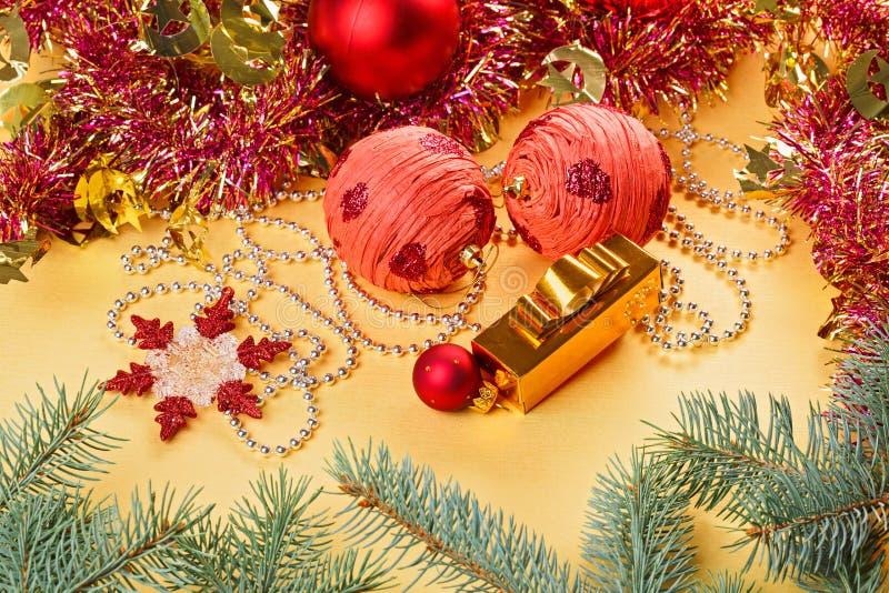 Download Weihnachtskugeln Und -dekorationen Auf Gold Stockfoto - Bild von nahaufnahme, geschenk: 27730170