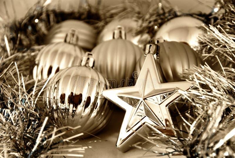 Weihnachtskugeln und -sterne stockfotografie