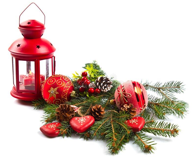 Weihnachtskugeln und Tannenzweige mit Dekorationen stockfotos