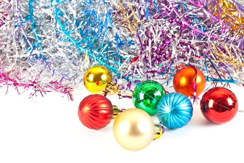 Weihnachtskugeln und varicoloured Filterstreifen stockfotos