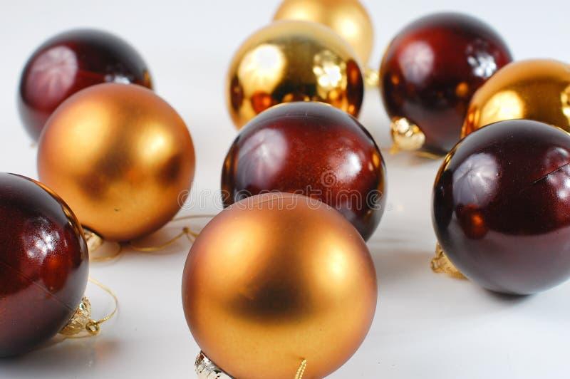 Weihnachtskugelverzierungen auf weißem Hintergrund stockfotos