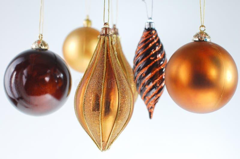 Weihnachtskugelverzierungen auf weißem Hintergrund lizenzfreie stockbilder