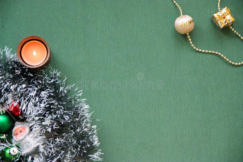 Weihnachtslametta, Santa Claus, brennende Kerze stockfotos