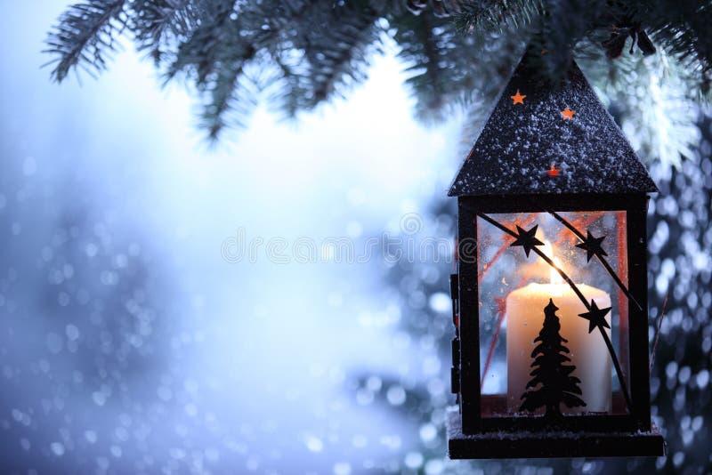 Download Weihnachtslaterne stockfoto. Bild von dunkel, lampe, draußen - 27731912