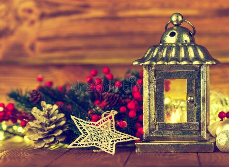 Weihnachtslaterne mit Tanne und Lametta lizenzfreie stockfotografie
