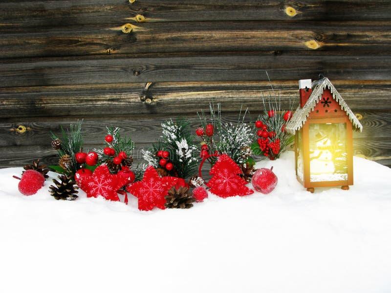 Weihnachtslaternendekorationswinterbeeren und -schnee auf hölzernem b stockfoto