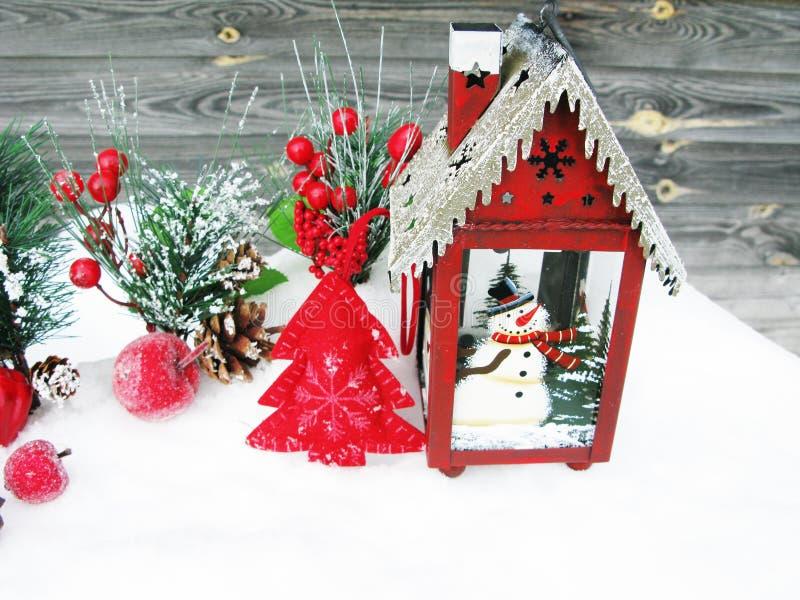 Weihnachtslaternendekorationswinterbeeren und -schnee auf hölzernem b stockbilder