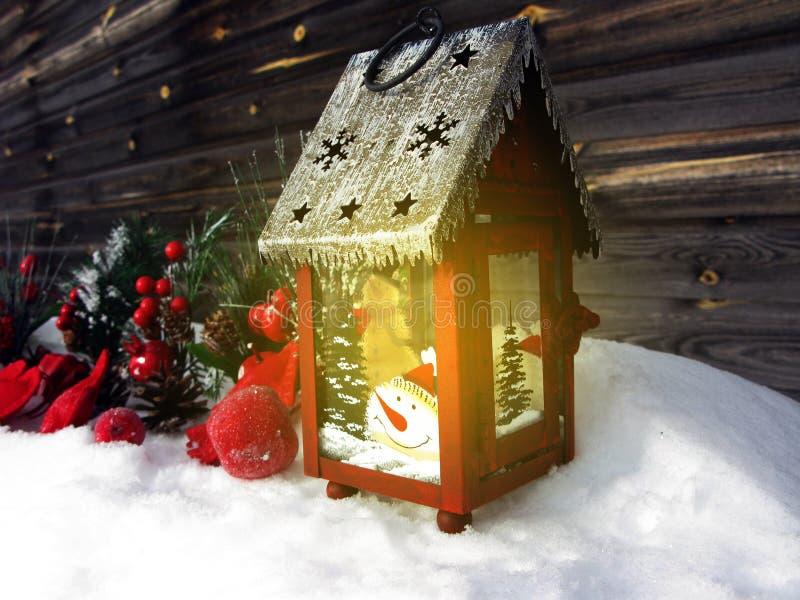 Weihnachtslaternendekorationswinterbeeren und -schnee auf hölzernem b lizenzfreie stockfotografie