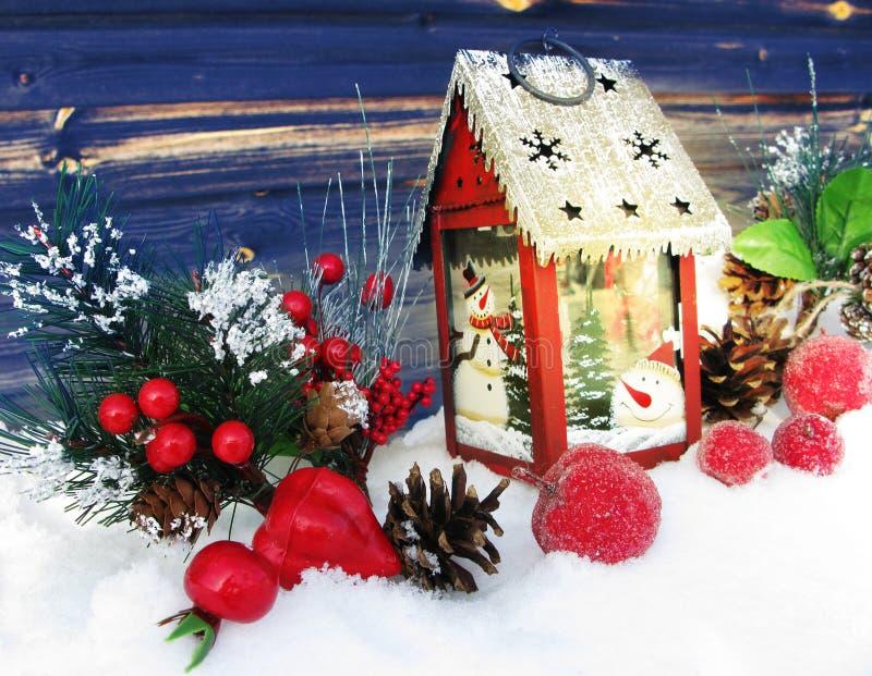 Weihnachtslaternendekorationswinterbeeren und -schnee auf hölzernem b lizenzfreies stockbild