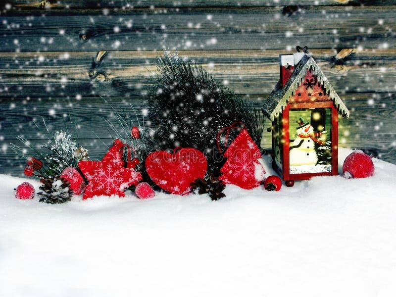 Weihnachtslaternendekorationswinterbeeren und -schnee auf hölzernem b stockfotos