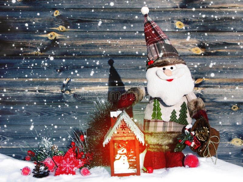 Weihnachtslaternendekorationswinterbeeren und -schnee auf hölzernem b lizenzfreies stockfoto
