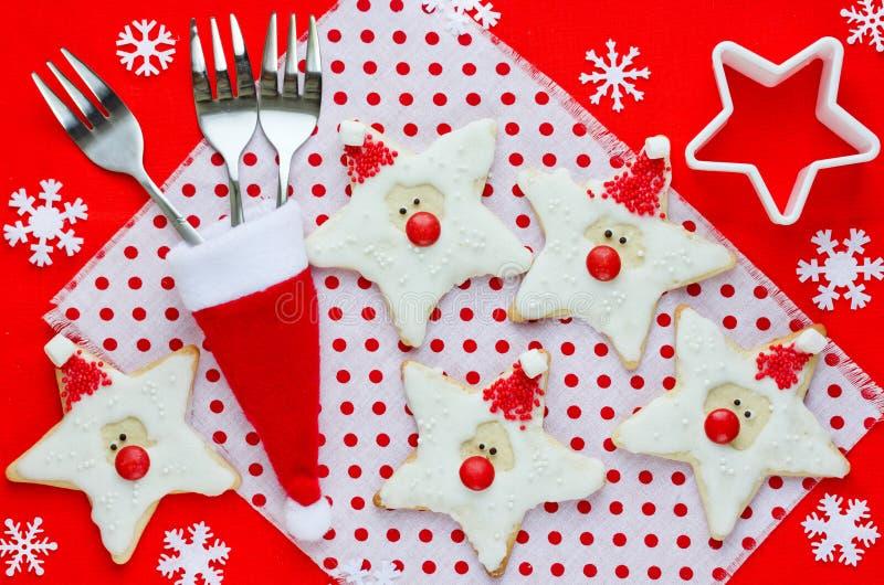 Weihnachtslebensmittel Sankt-Plätzchen in der Weihnachtseinstellung lizenzfreies stockfoto