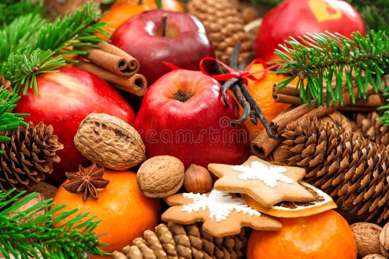 Weihnachtslebensmittelhintergrund Apple- und Mandarinenfrüchte, Walnüsse, c lizenzfreie stockfotografie