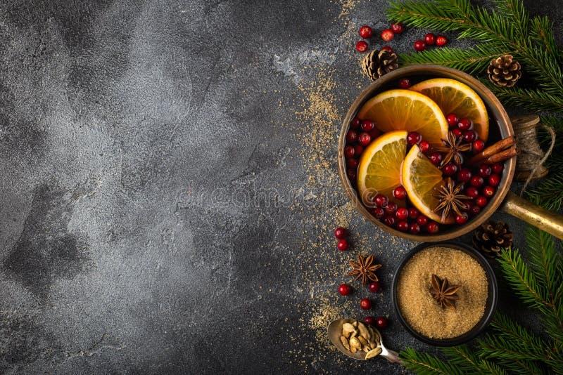 Weihnachtslebensmittelhintergrund, -Glühwein und -bestandteile auf Dunkelheit stockfoto