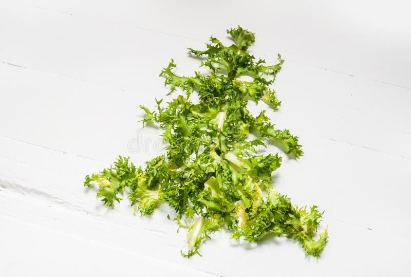 Weihnachtslebensmittelhintergrund Weihnachtsbaum gemacht vom neuen frise auf weißem Hintergrund Gesundes Feiertagslebensmittel, - stockfotografie