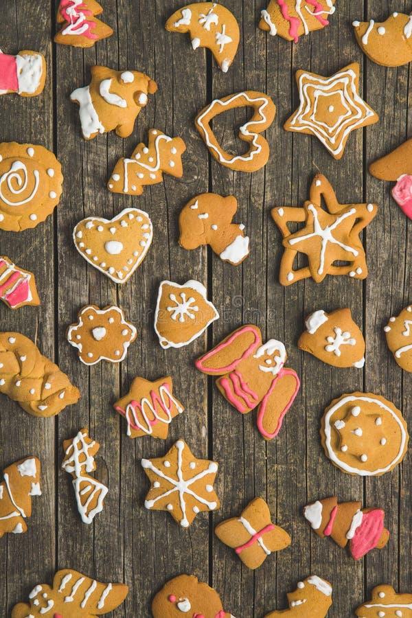 Weihnachtslebkuchen gemacht von den Kindern stockbild