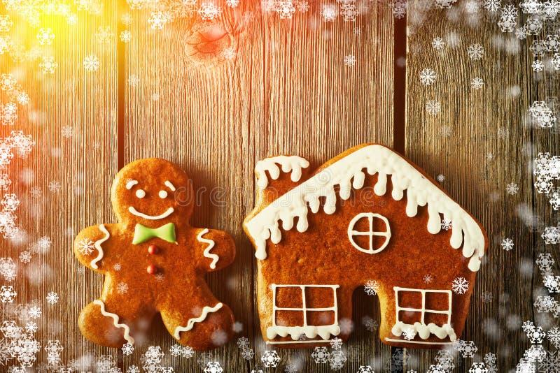 Weihnachtslebkuchenmann- und -hausplätzchen lizenzfreie abbildung