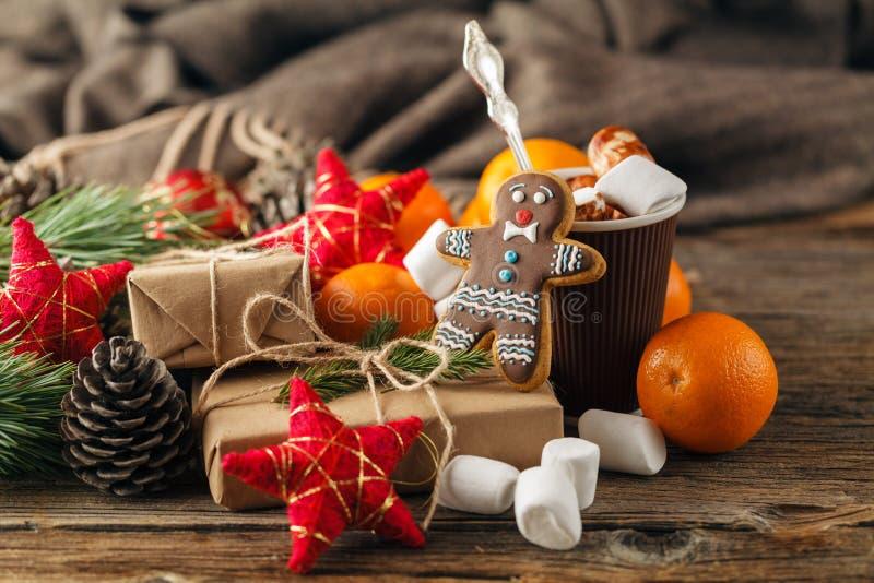 Weihnachtslebkuchenplätzchen mit festlicher Dekoration stockbilder