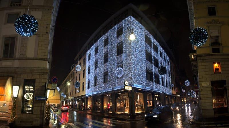 Weihnachtsleuchten herein über Montenapoleone lizenzfreies stockfoto