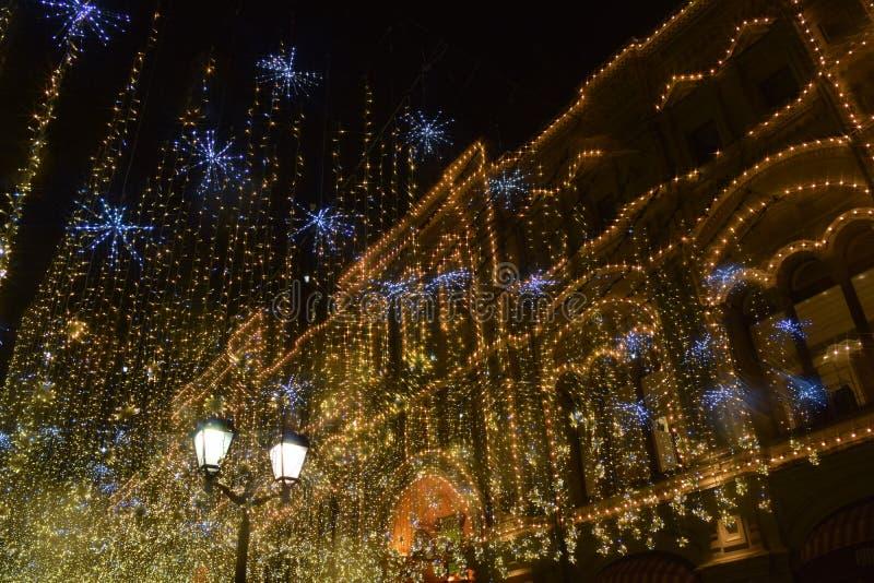 Weihnachtslicht in Moskau, Nikolskaya-Straße stockbild
