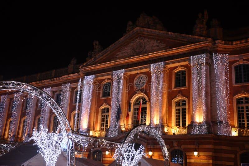 Weihnachtslichter auf der Fassade des Kapitols, in Toulouse lizenzfreies stockbild