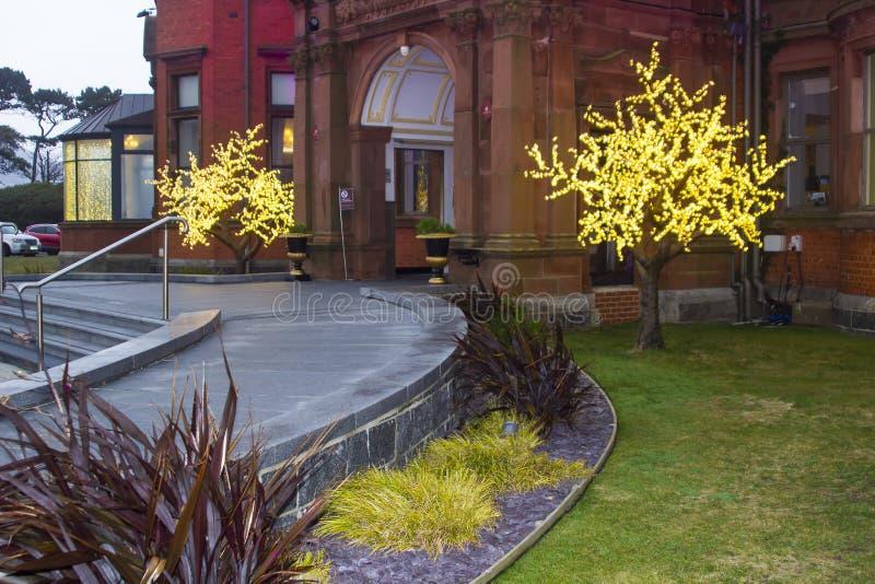 Weihnachtslichter am Eingang zum luxuriösen Hotel Slieve Donard stockbild