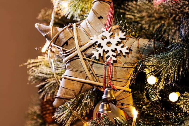 Weihnachtslichter, Flitter, Sterne und andere Saisondekorationen stockbild