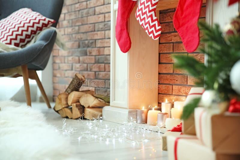 Weihnachtslichter nahe Kamin mit Kerzen stockbilder
