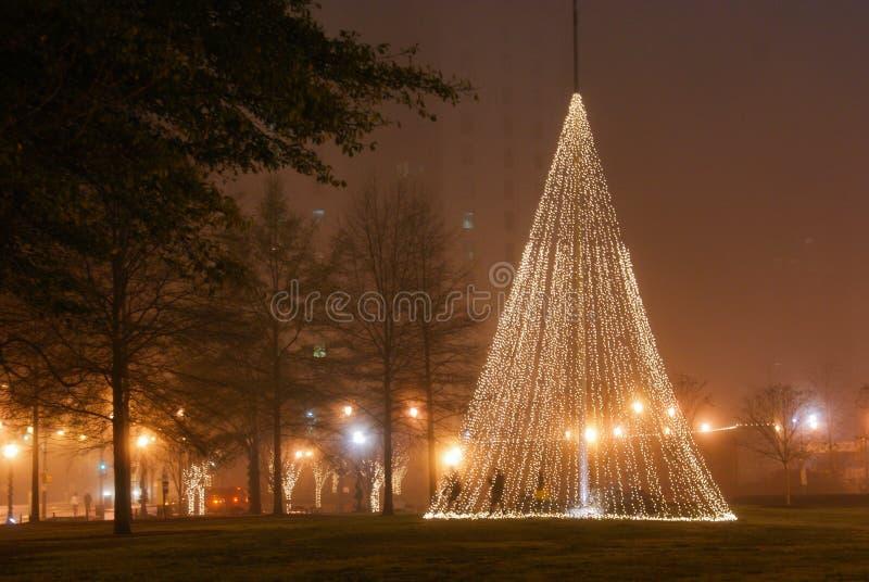 Weihnachtslichterkette in im Stadtzentrum gelegener Stadt Park Atlantas stockfoto
