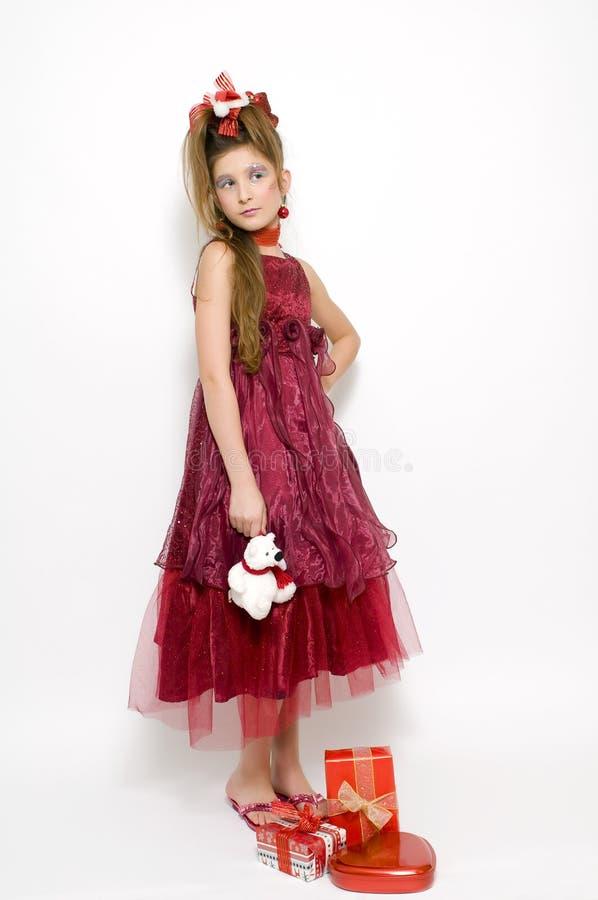 Weihnachtsmädchen im roten Kleid lizenzfreies stockfoto