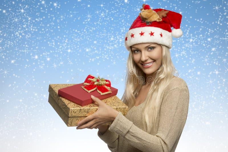 Weihnachtsmädchen mit Geschenkboxen stockfoto