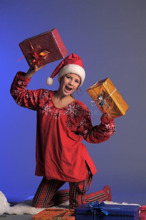 Weihnachtsmädchen mit Geschenken stockfoto