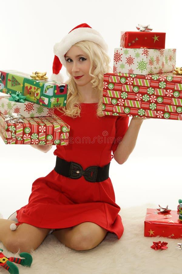 Weihnachtsmädchen mit Geschenken stockfotos