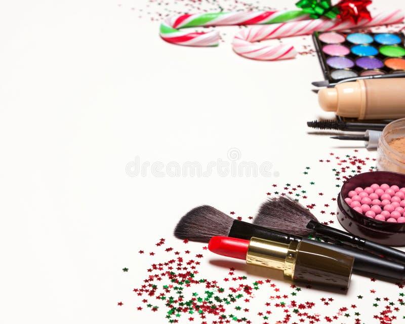 Weihnachtsmake-upkosmetik und -Zubehör mit Kopienraum lizenzfreie stockbilder