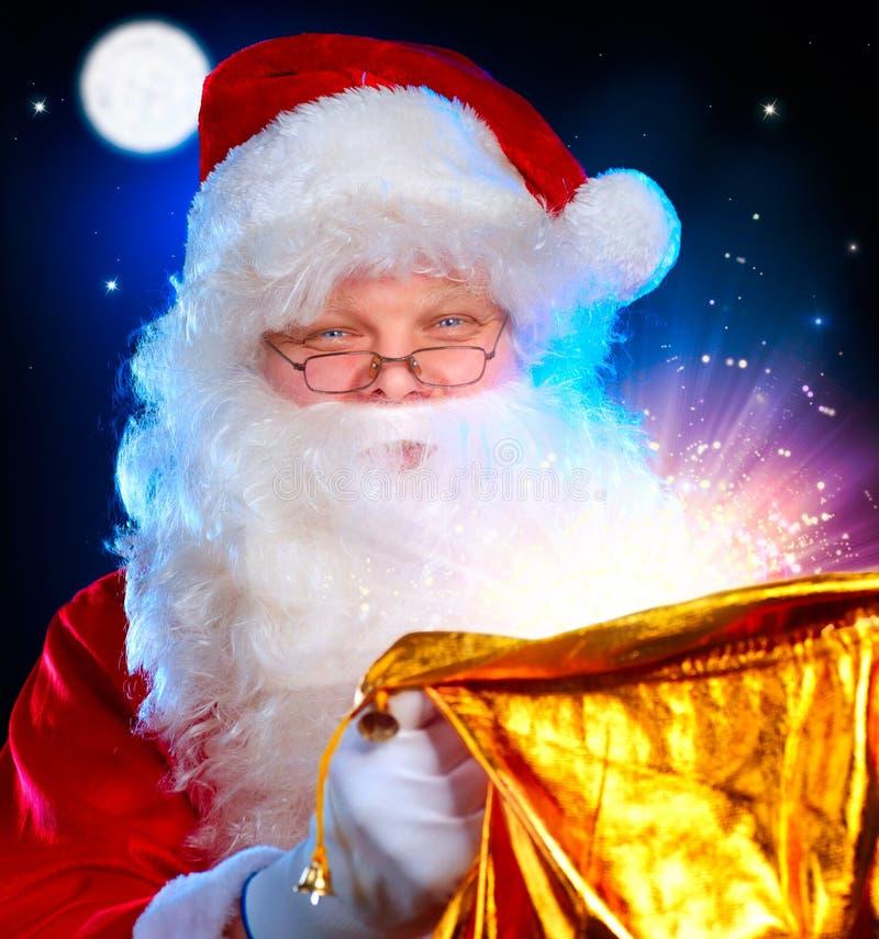 Weihnachtsmann-Öffnung Magie-Beutel lizenzfreie stockfotos