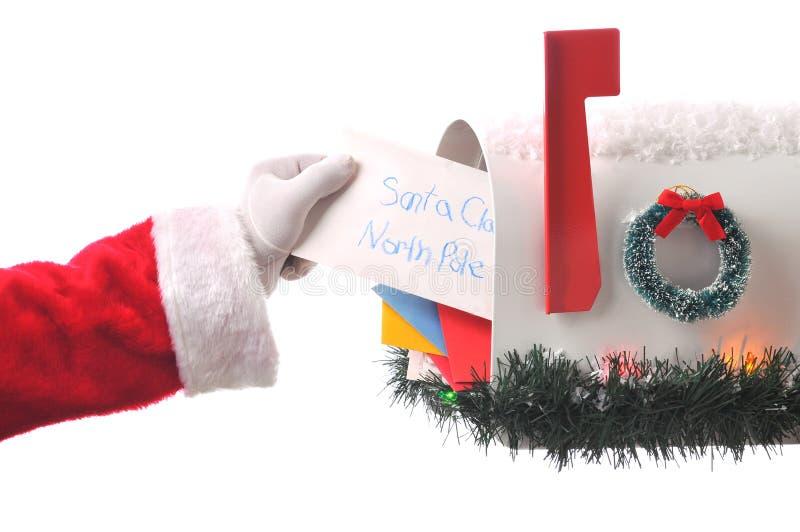 Weihnachtsmann, der Brief von der Mailbox nimmt lizenzfreies stockfoto