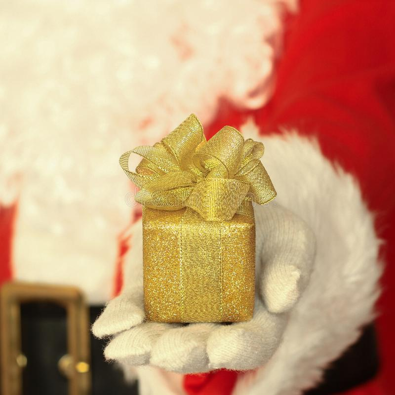 Weihnachtsmann, der Geschenk gibt lizenzfreies stockbild