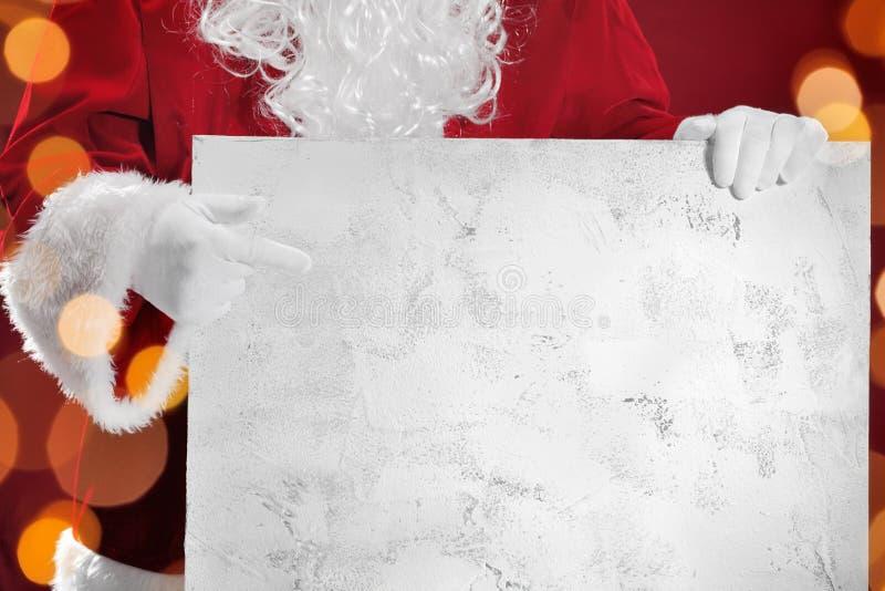 Weihnachtsmann, der leere Fahne zeigt lizenzfreie stockfotos