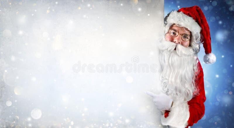 Weihnachtsmann, der unbelegte Fahne anhält lizenzfreies stockbild