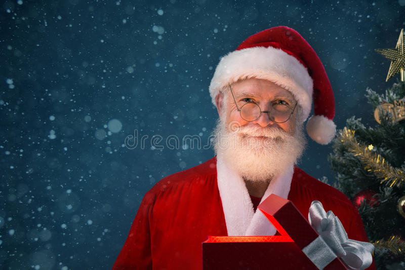 Weihnachtsmann mit Geschenk-Kasten lizenzfreie stockbilder