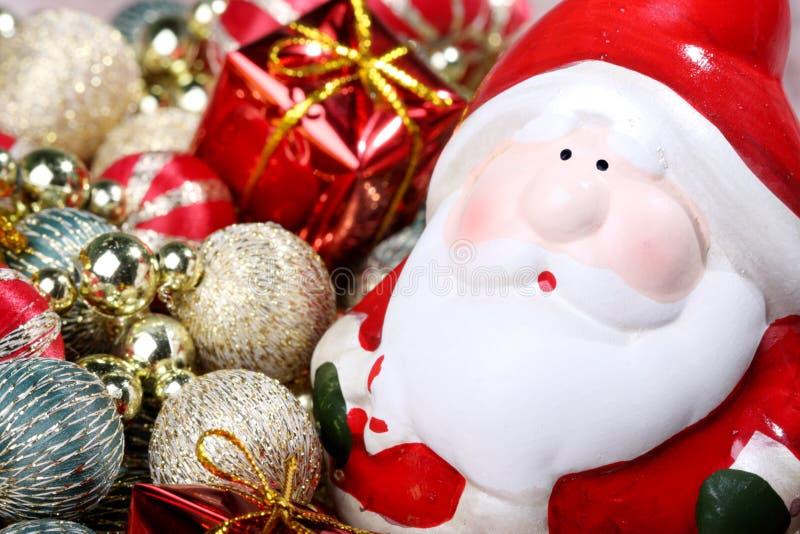 Weihnachtsmann mit Weihnachtsdekorationen lizenzfreie stockfotografie