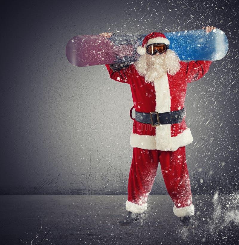 Weihnachtsmann-Snowboarder stockfotografie
