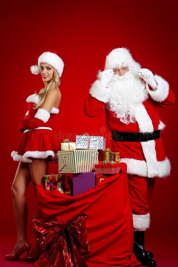 Weihnachtsmann und erstaunliches Weihnachtsmädchen stockfotos