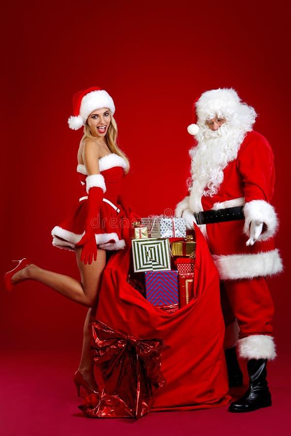 Weihnachtsmann und erstaunliches Weihnachtsmädchen stockbild