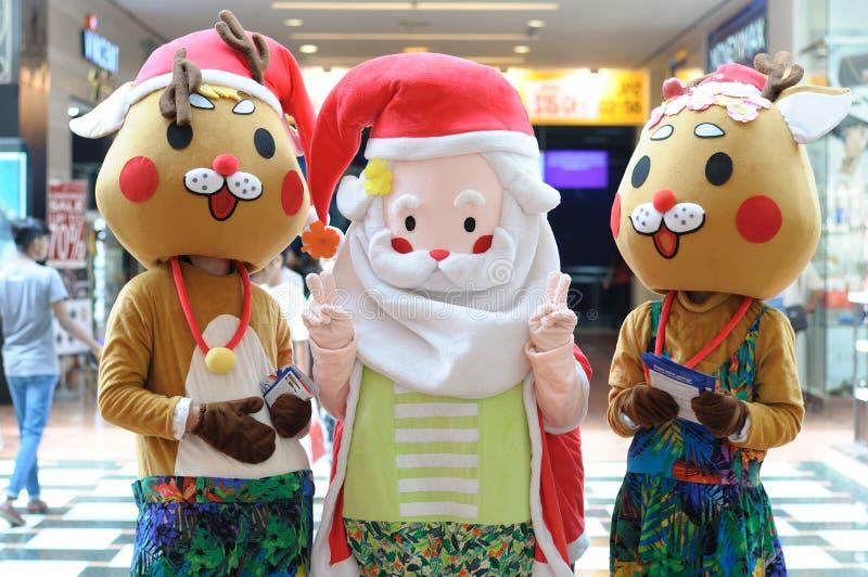 Weihnachtsmann- und Renmaskottchen lizenzfreie stockbilder