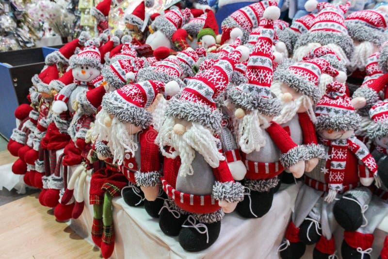 Weihnachtsmann- und Schneemannlappenspielwaren im Supermarkt lizenzfreie stockbilder