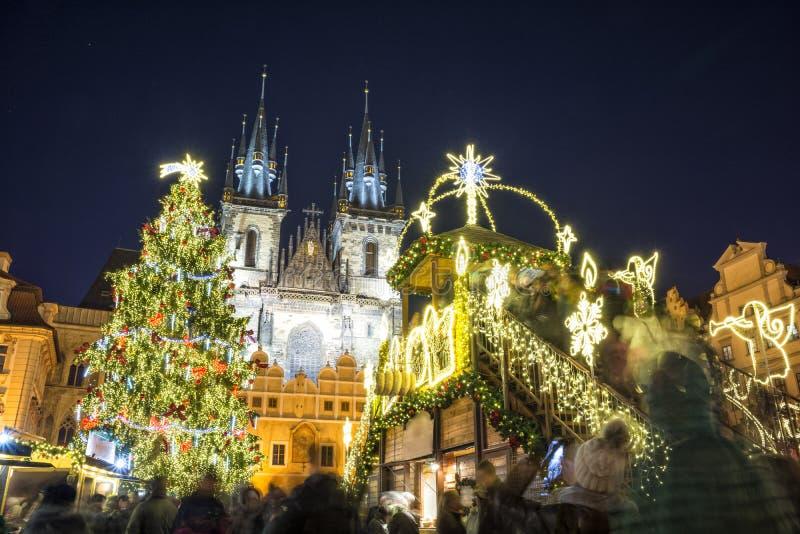 Weihnachtsmarkt am Abend in Prag, Tschechische Republik lizenzfreie stockfotos